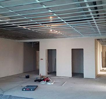 Szpachlowanie budynku biurowo-usługowego